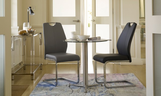 5 Reasons To Choose A Round Dining Table - Image From fishpools.co.uk